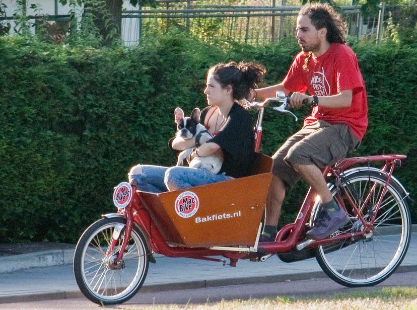 kvinna hund man lådcykel Bakfiets.nl
